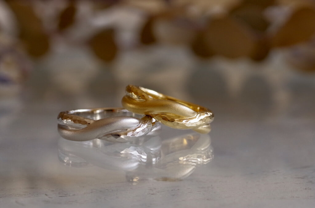 縄状に捻った結婚指輪