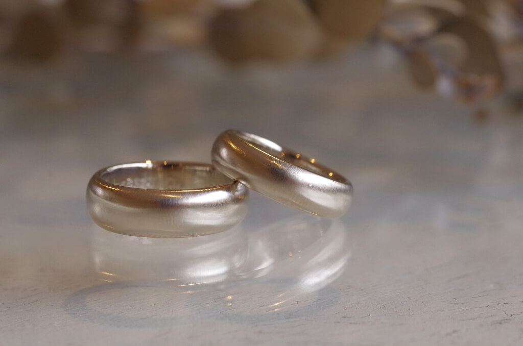 甲丸で太めの結婚指輪