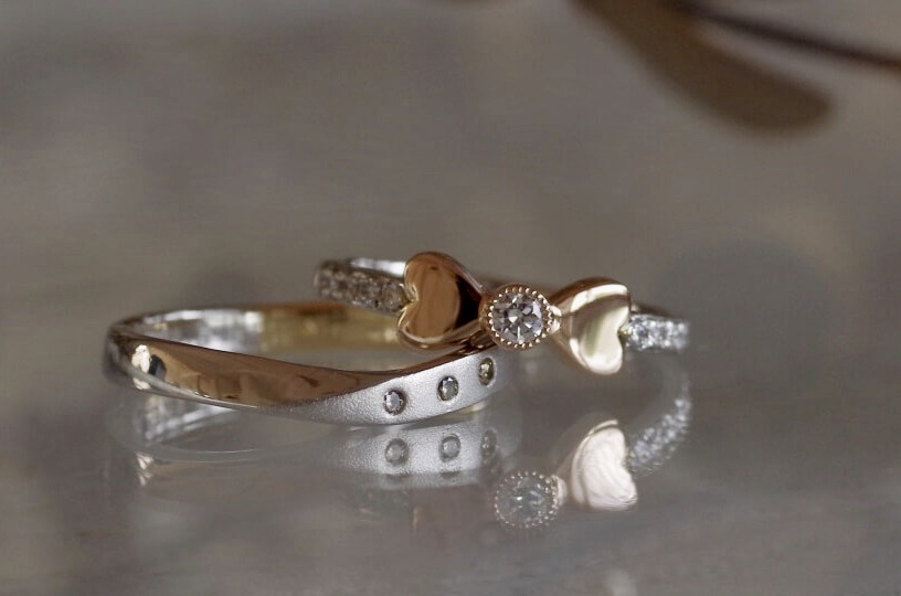 ハートとリボンをあしらった結婚指輪