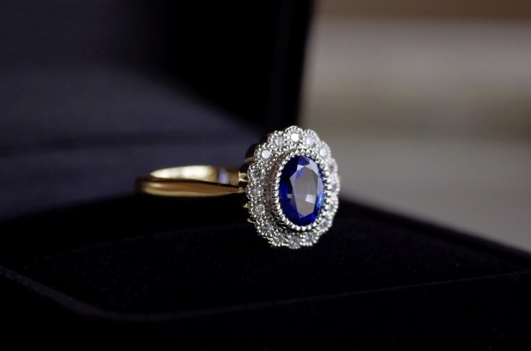 大振りなサファイアの婚約指輪