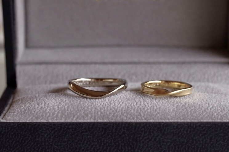ひねりと槌目を組み合わせた結婚指輪