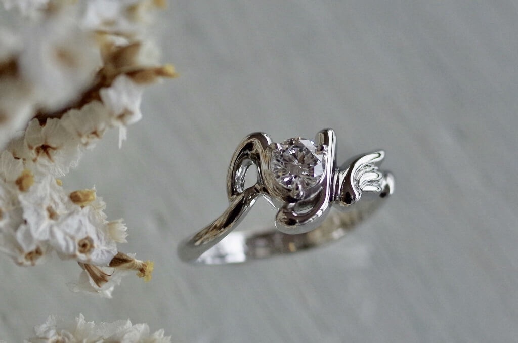 お二人のイニシャルの婚約指輪