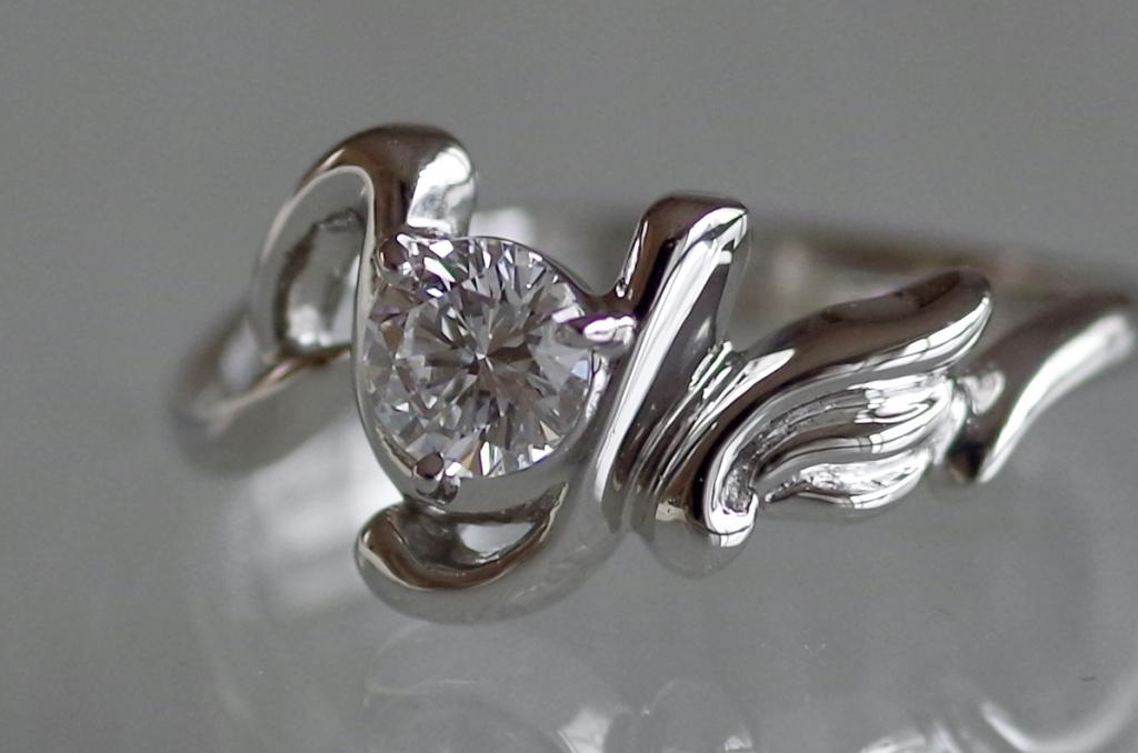 イニシャルを使ったオーダーメイドの婚約指輪