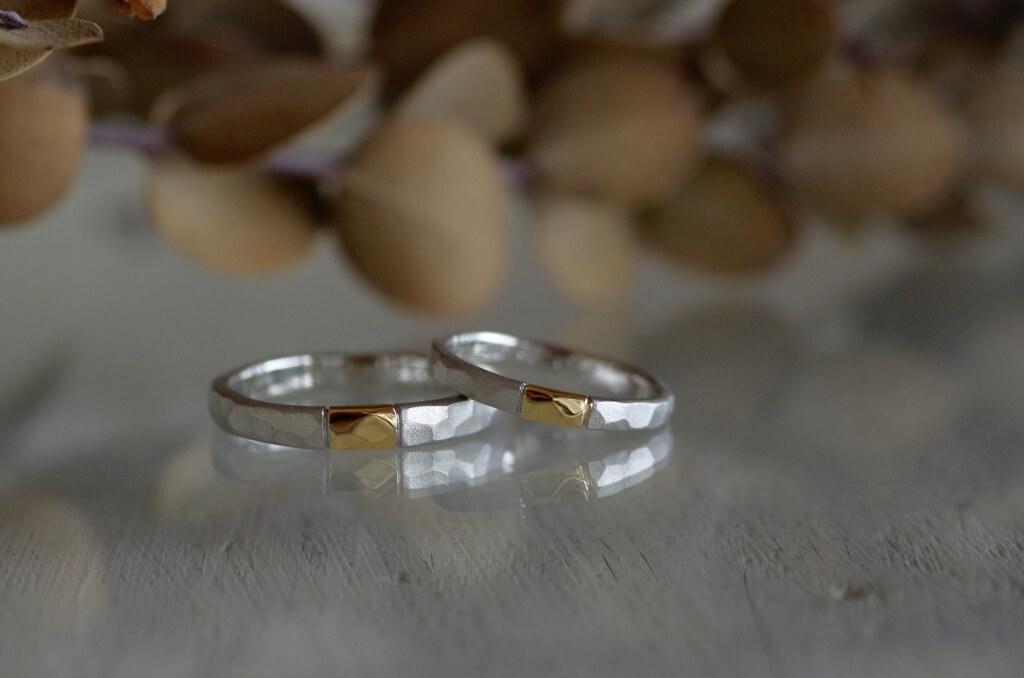 金属を一部入れ替えた槌目の結婚指輪