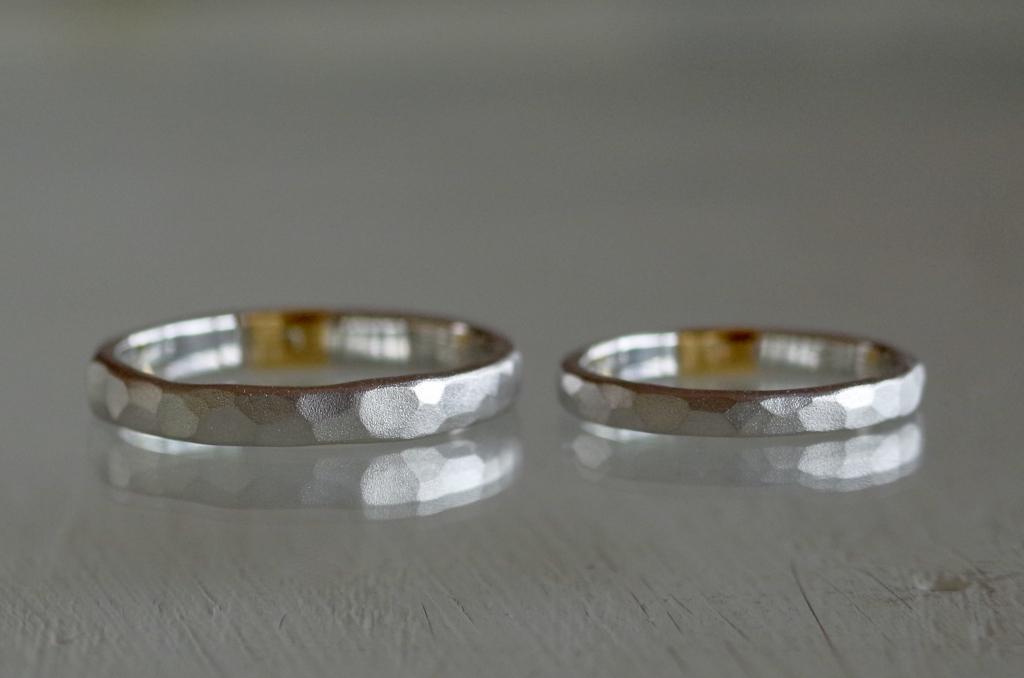 オーダーメイドの金属を一部入れ替えた槌目の結婚指輪