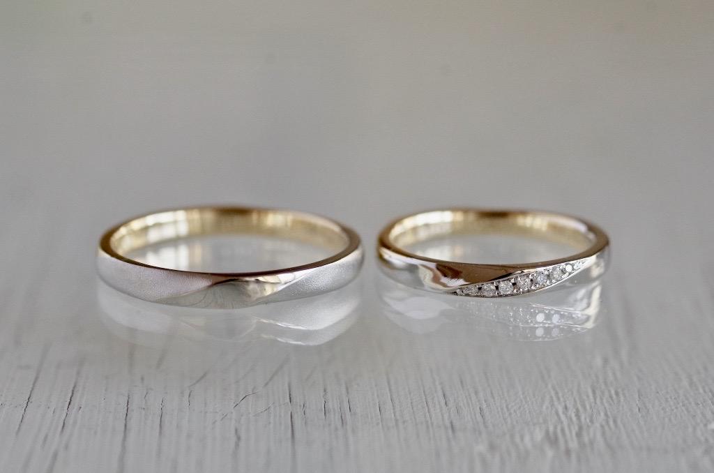 2種類の金属の境目が斜めの結婚指輪