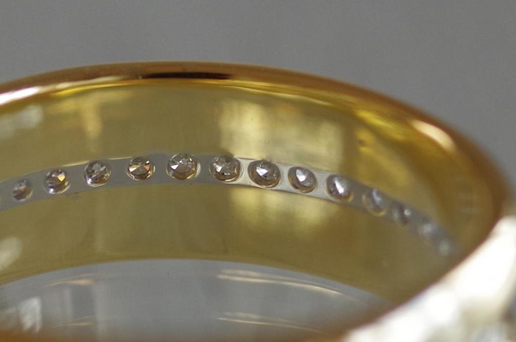 2色の金属を使ったボリュームのあるフルオーダー結婚指輪