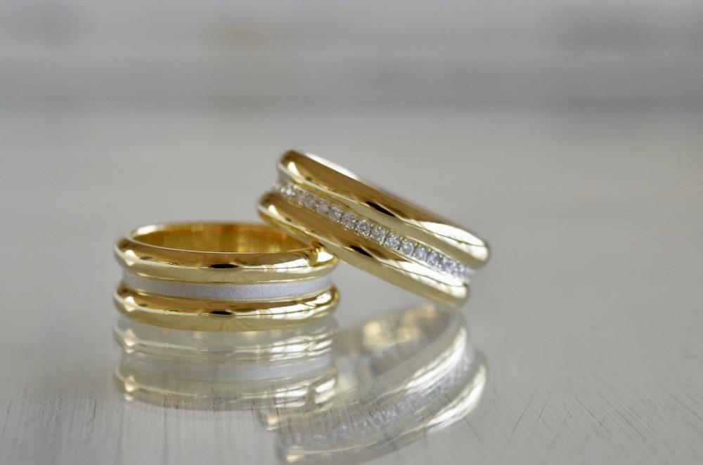 プラチナとゴールドを三層で繋げた幅広の結婚指輪