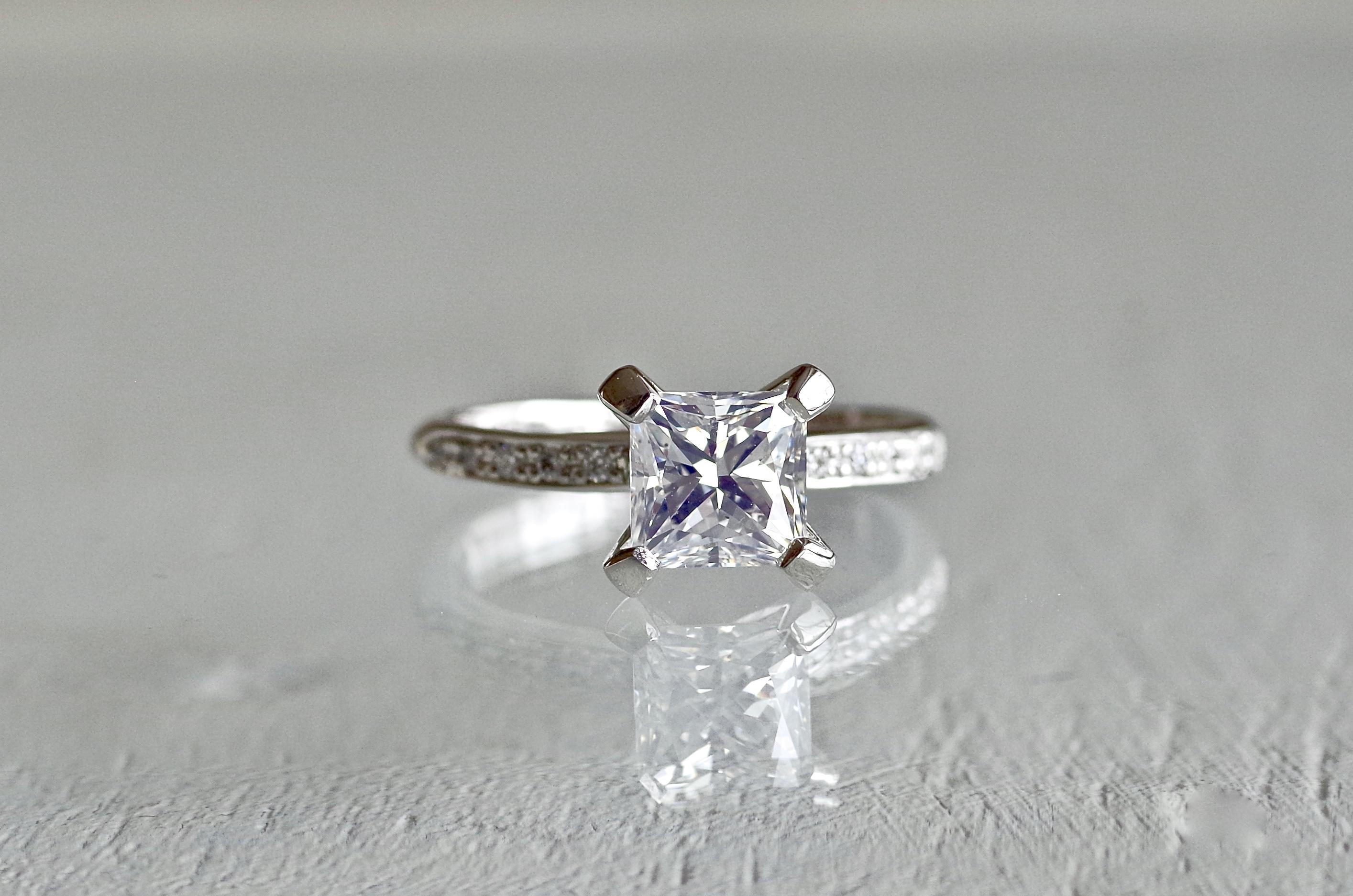 スクエアカットの婚約指輪