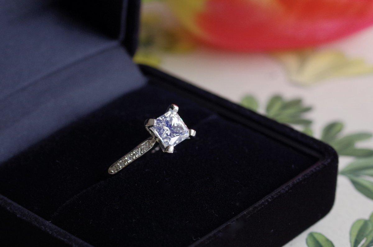 大粒なスクエアカットダイヤの婚約指輪