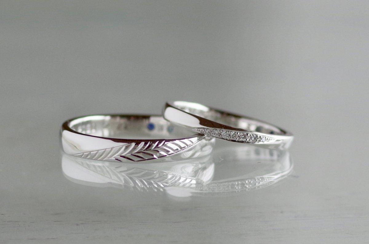 フェザーとダイヤモンドを彫り入れた結婚指輪