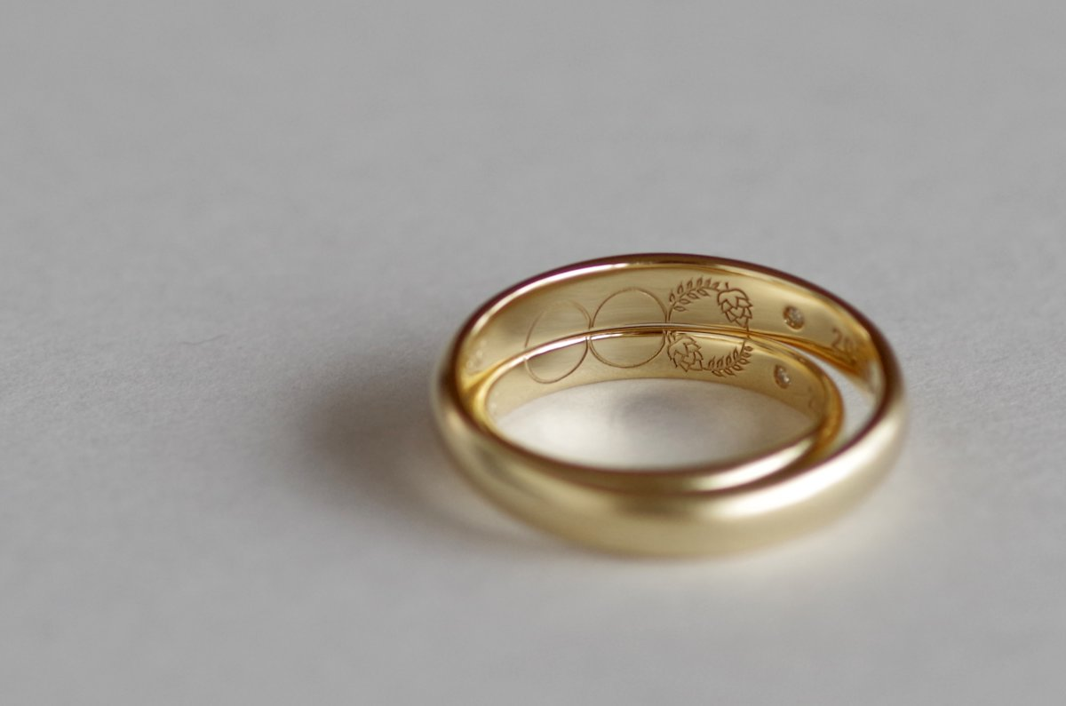 内側にオリジナルのマークを入れた結婚指輪