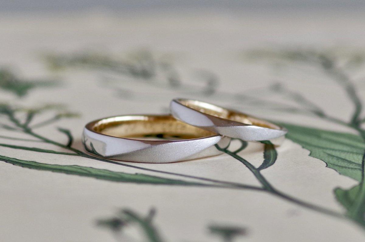 二層の色合いのねじれの結婚指輪