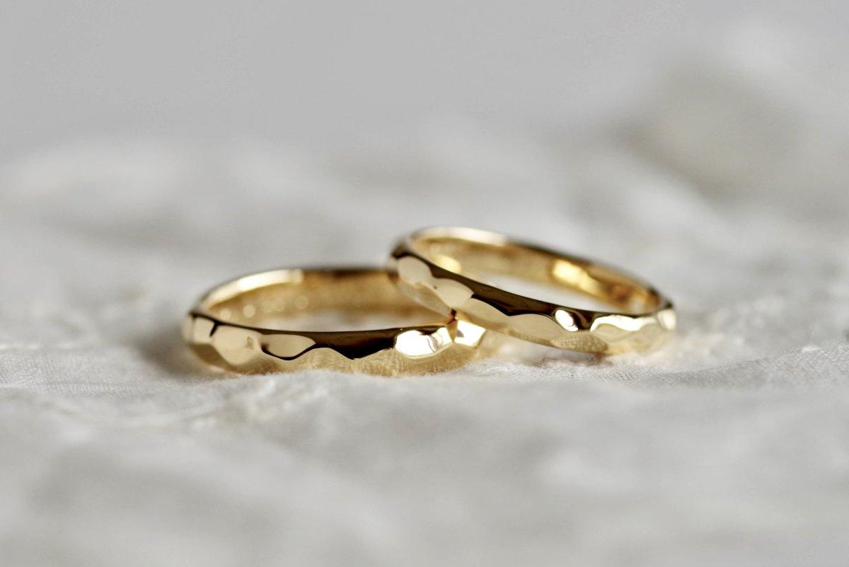 半円の甲丸に叩きを入れた結婚指輪
