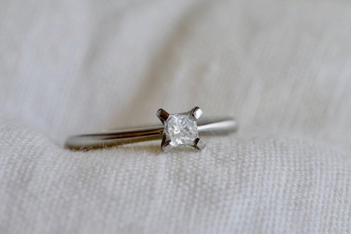 スクエアカットダイヤを使った立て爪の婚約指輪