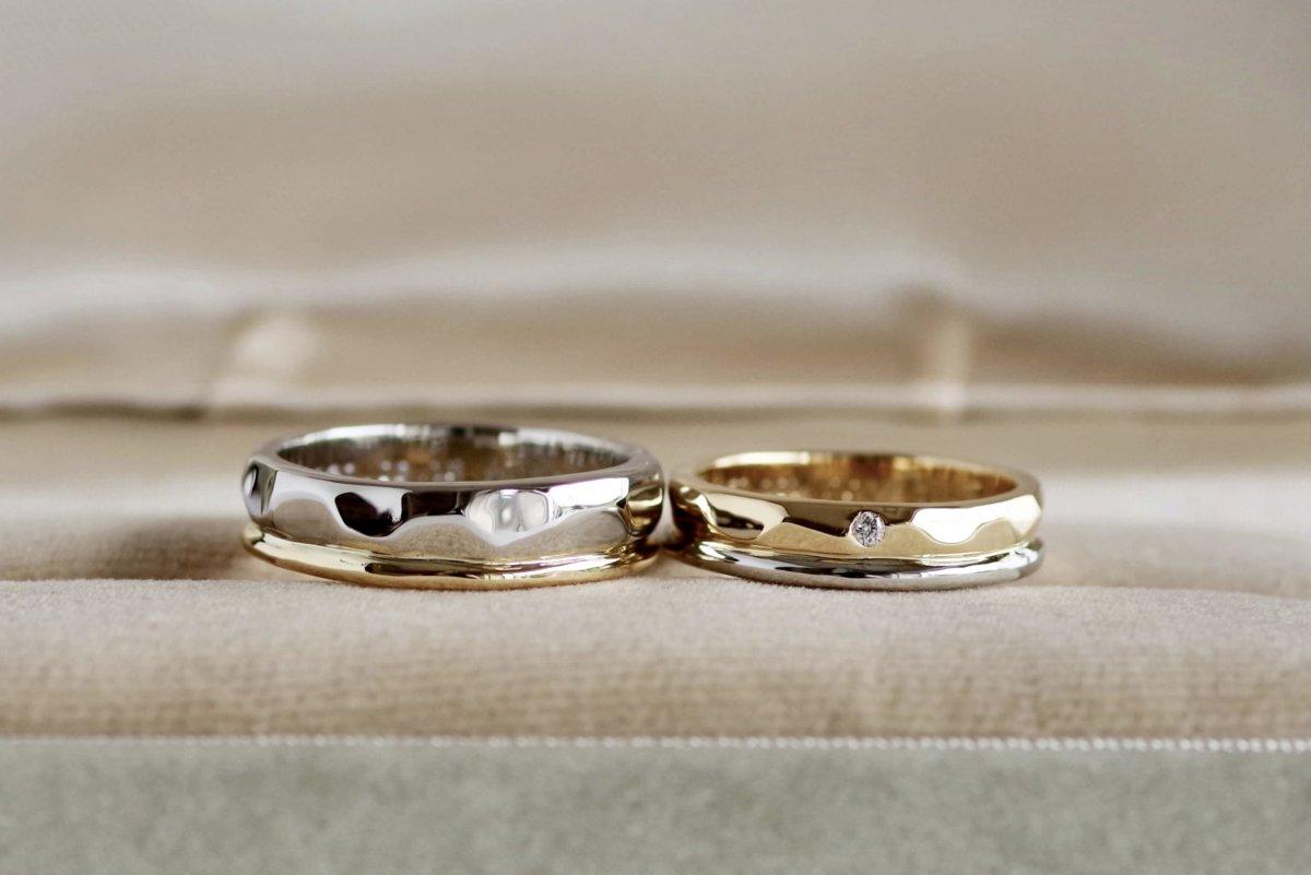 緩い槌目と甲丸の2本重ねの結婚指輪