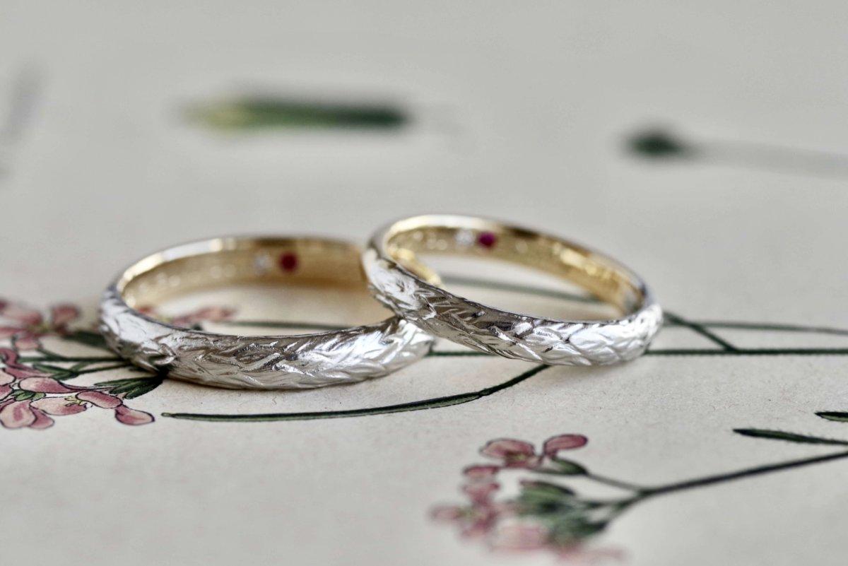 羽の彫りと双子ダイヤの結婚指輪