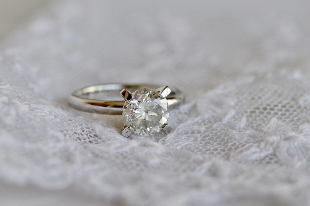 受け継がれた大粒ダイヤの婚約指輪