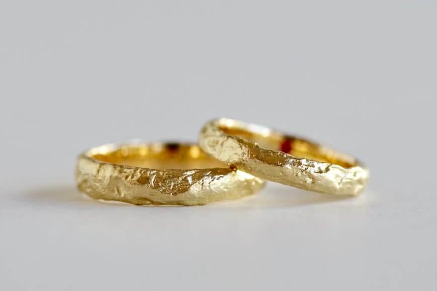 表面を溶かした結婚指輪