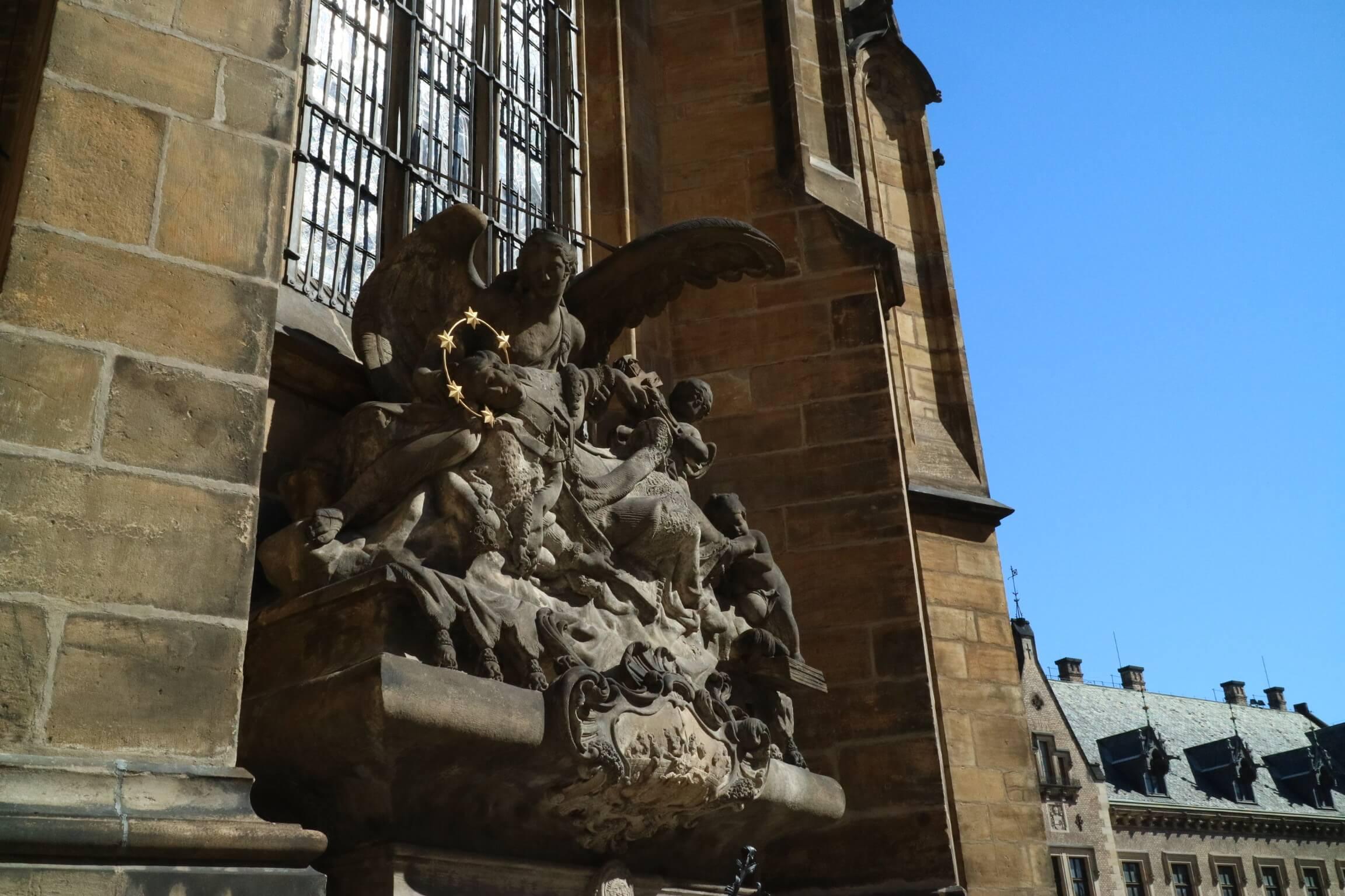 誕生石の由来 教会 プラハ 聖ヴィート大聖堂