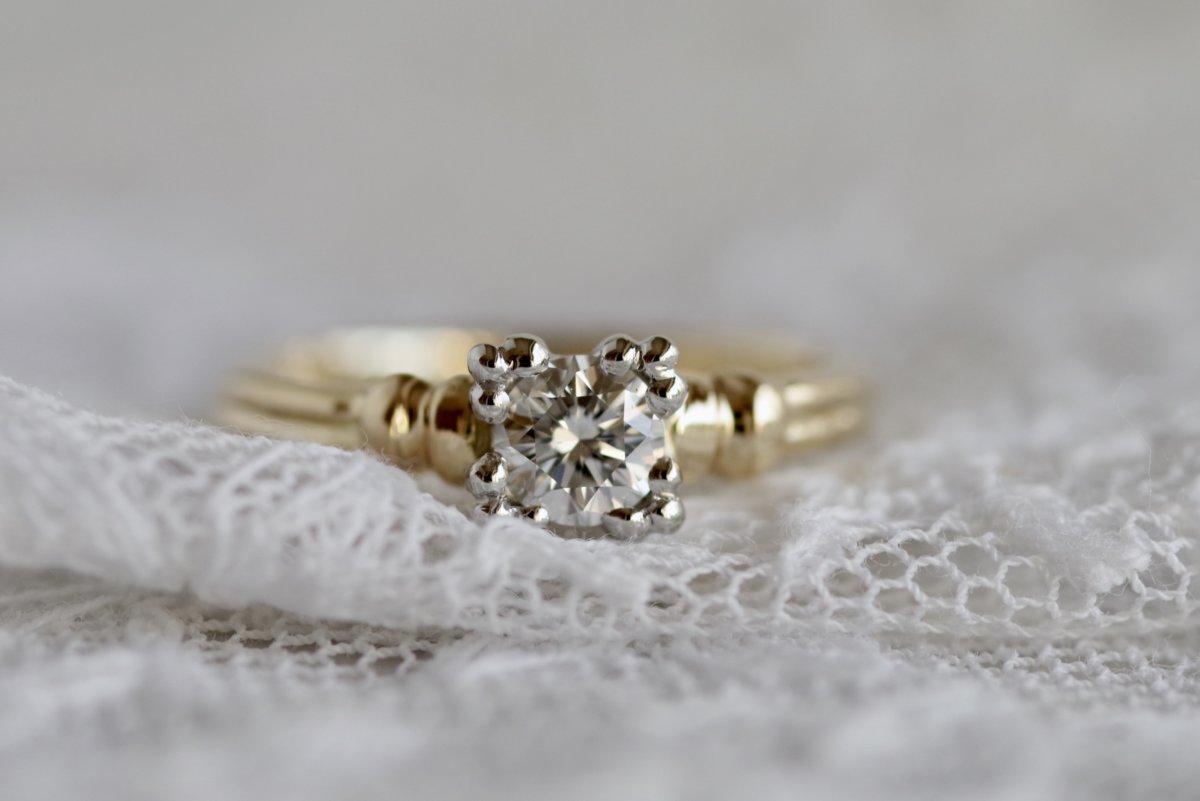 古代の建築物のような婚約指輪