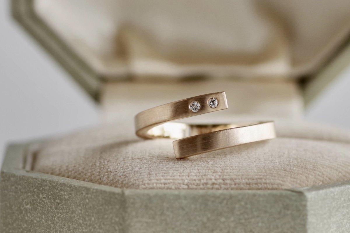 螺旋状の個性的な婚約指輪