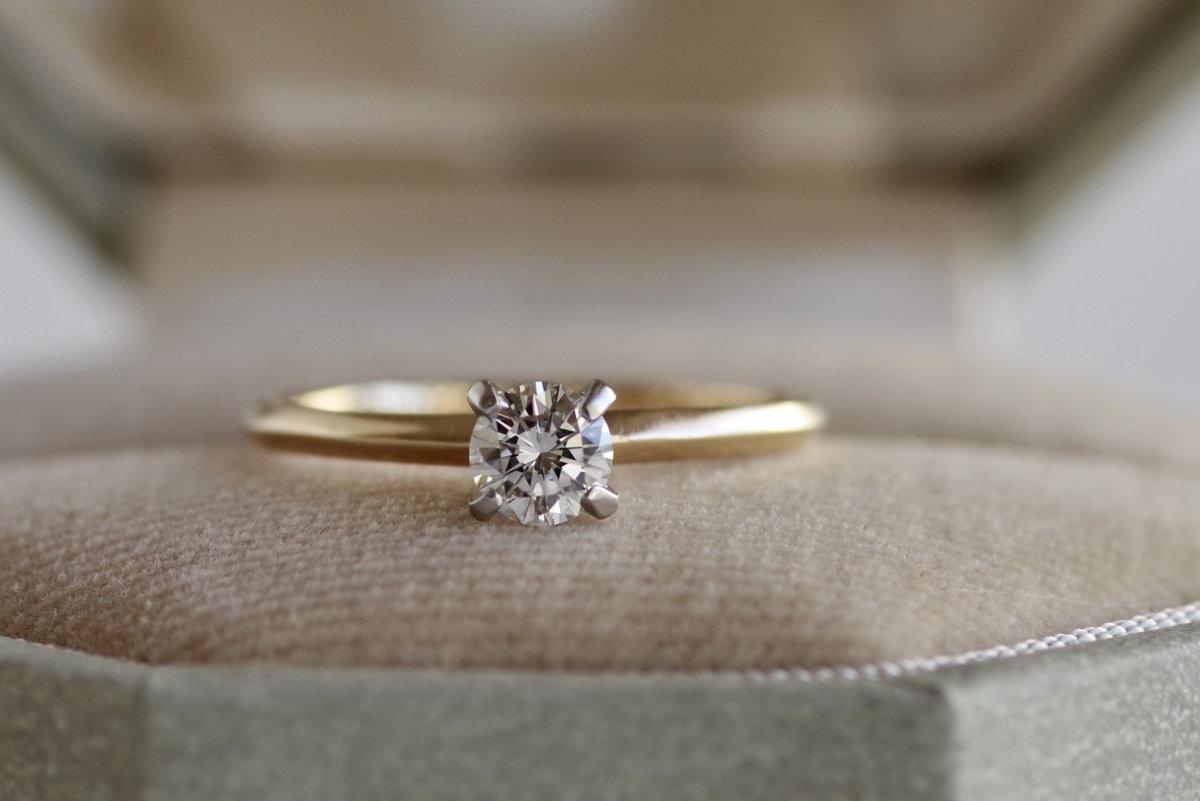 2色組み合わせた剣腕の婚約指輪