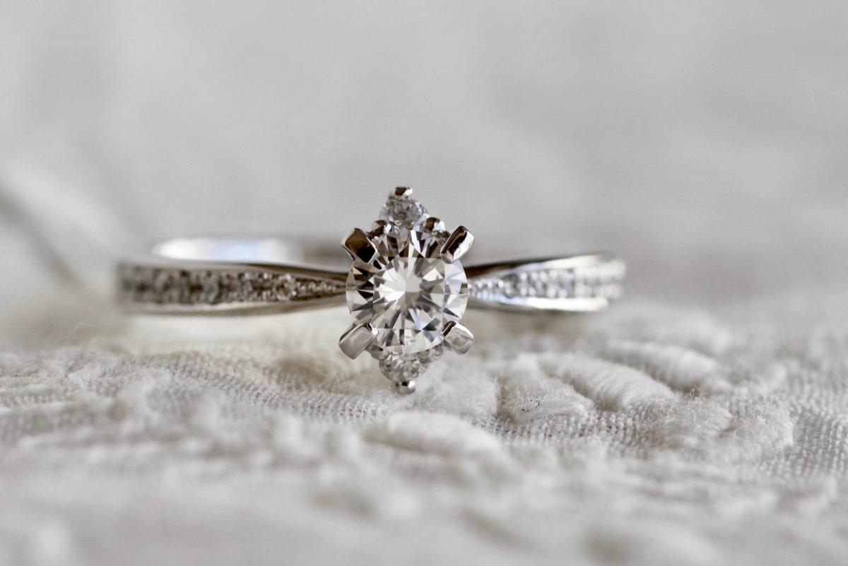 縦長サイドメレの婚約指輪