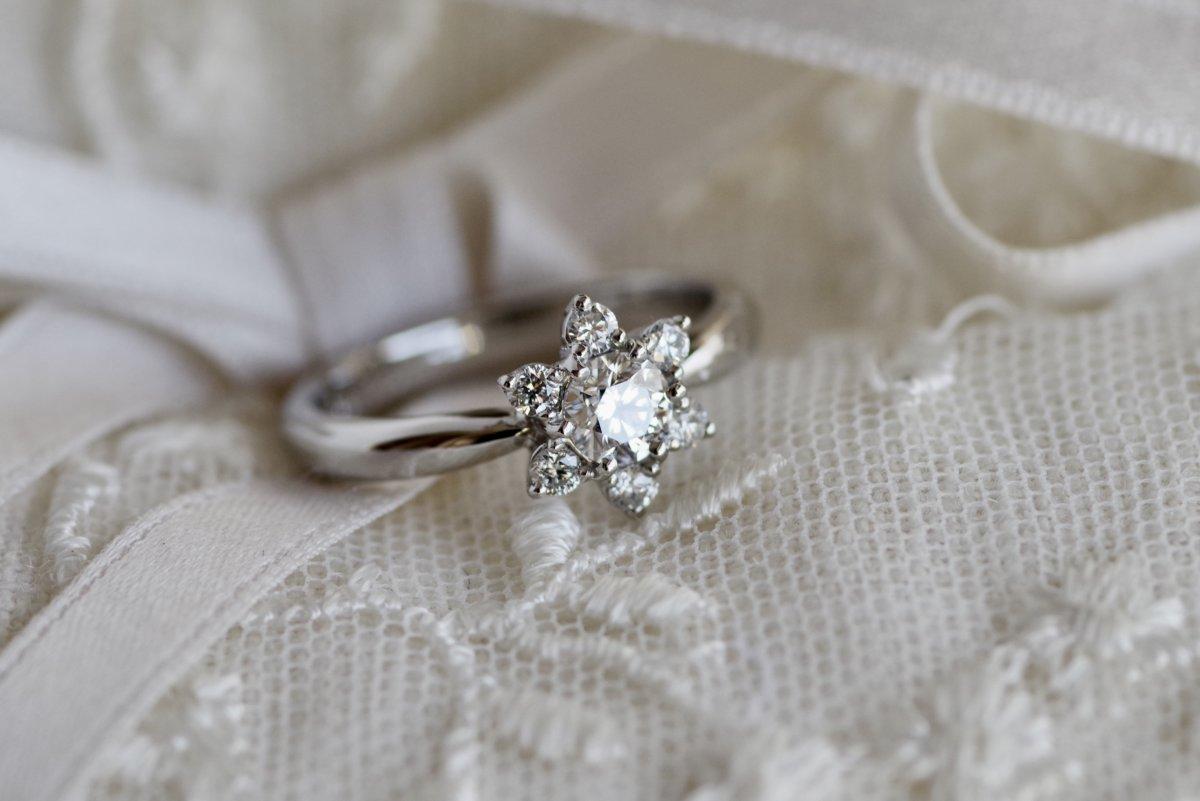 百合の花の婚約指輪