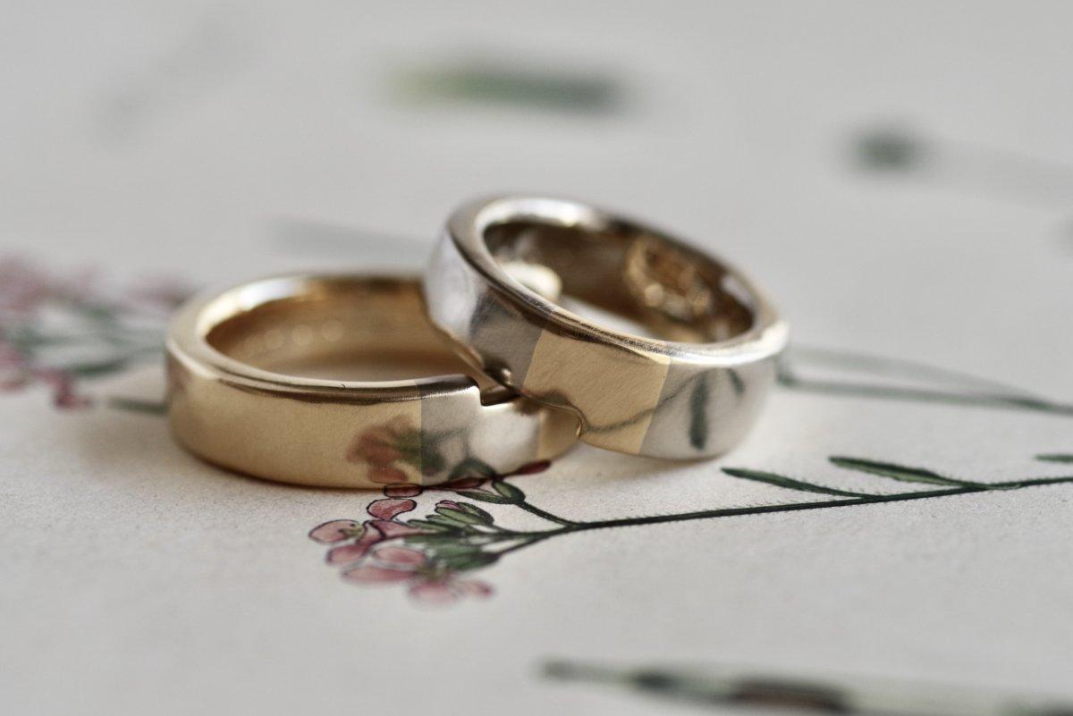 パズルのピースのように重なる結婚指輪