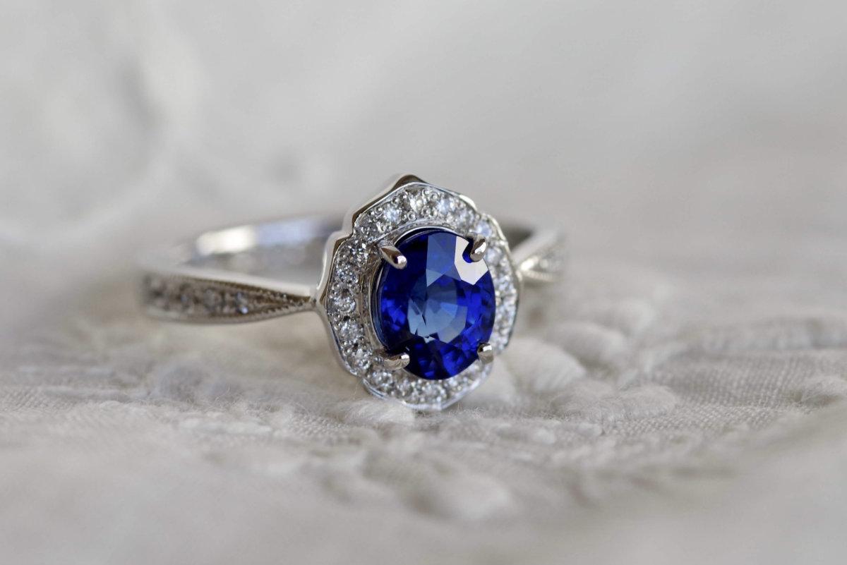 紋章をかたどったサファイアの婚約指輪