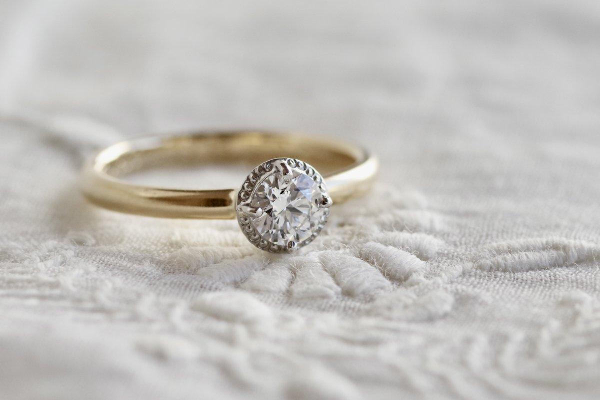 ミルが個性的な爪留めの婚約指輪