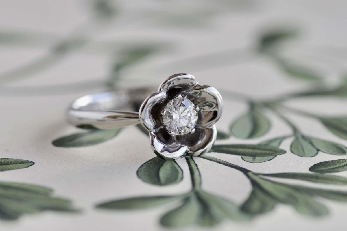 杏のお花の婚約指輪