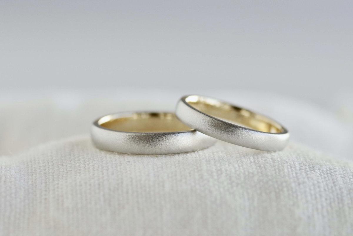 ゴールドとプラチナが半周ずつの結婚指輪