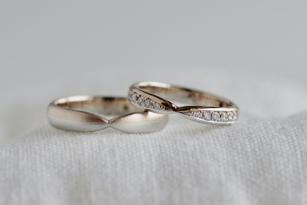 正面がくびれた2層の結婚指輪