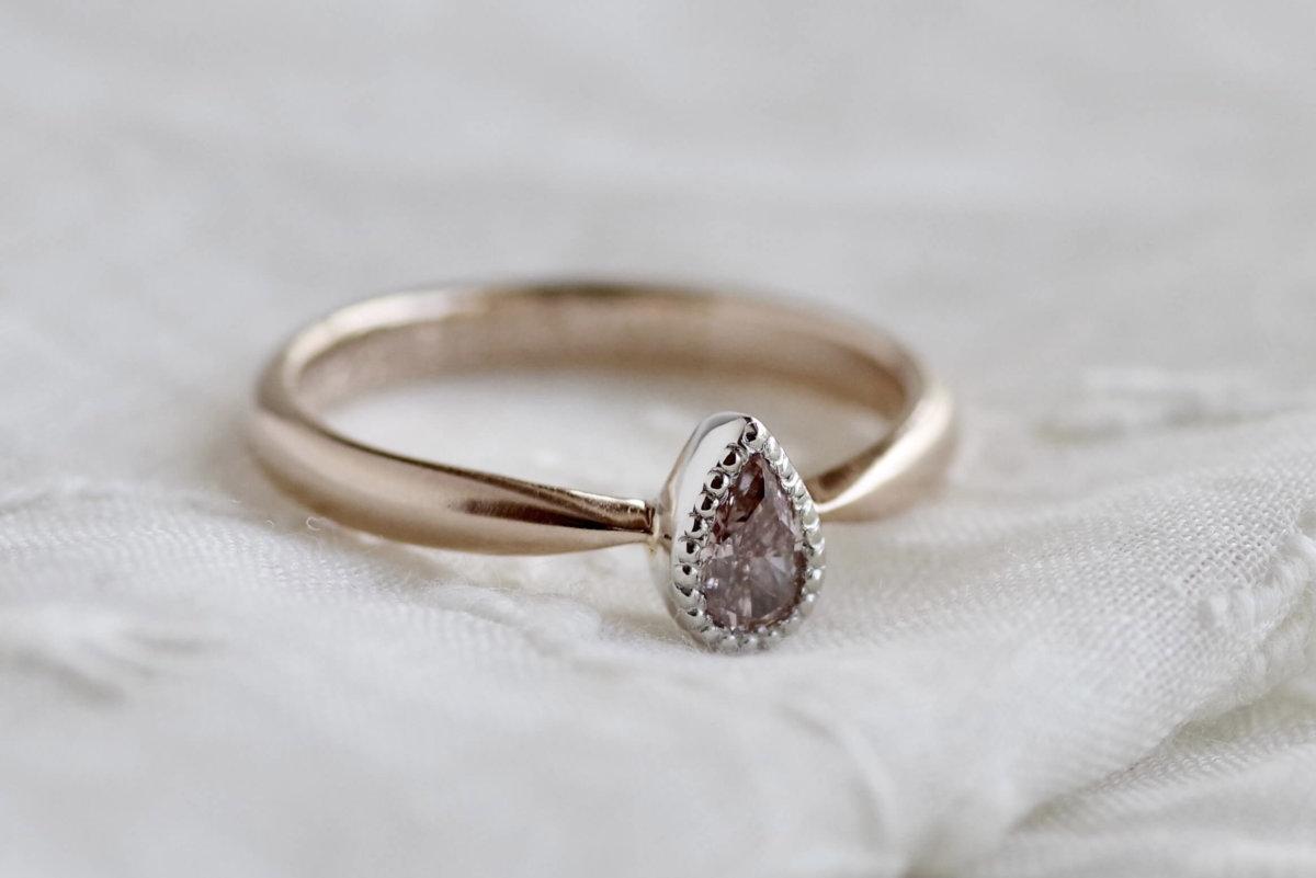雫の形をしたピンクダイヤの婚約指輪