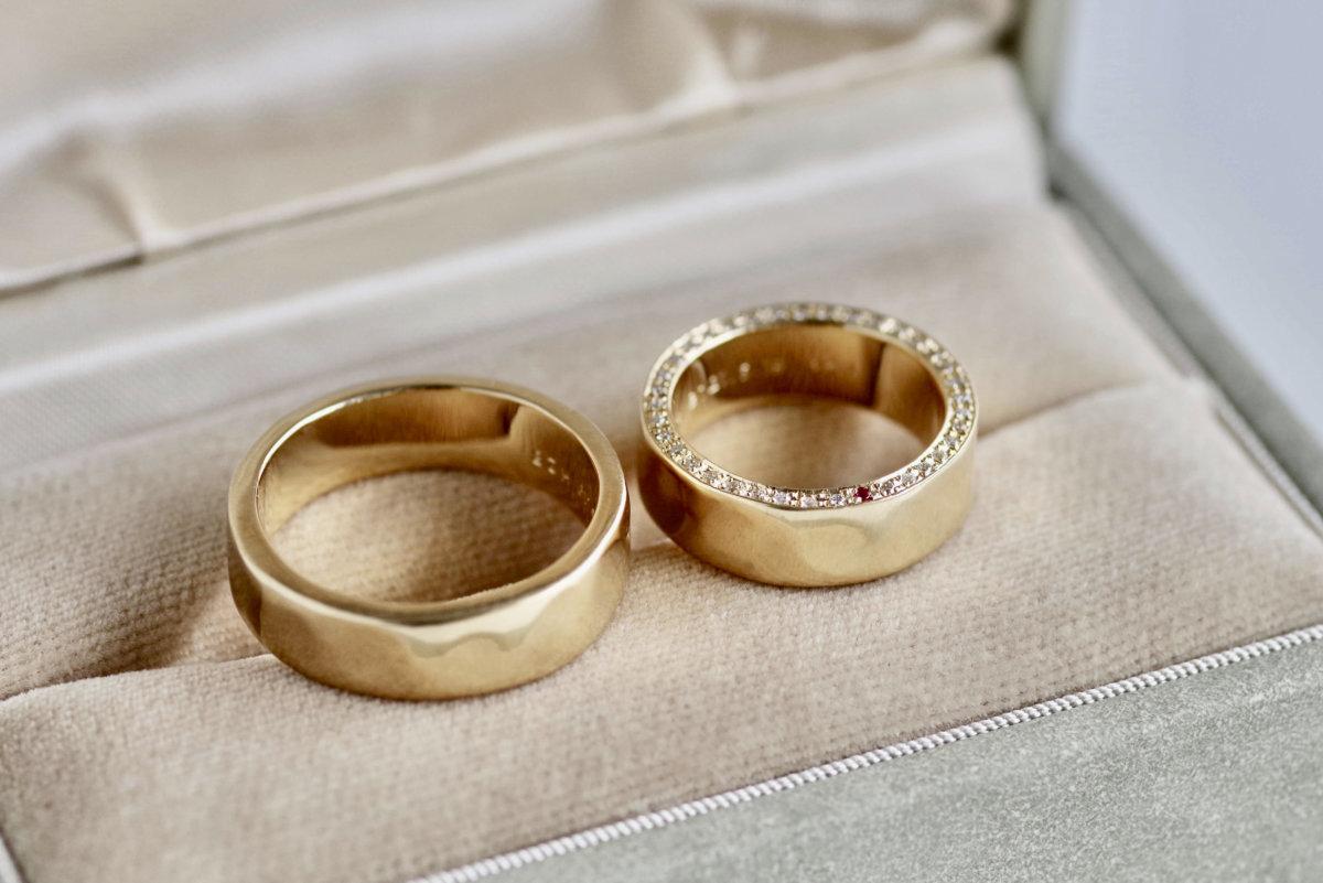 側面にダイヤを留めた太めの結婚指輪