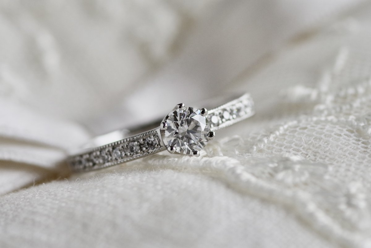 ミルグレインを施した6本爪の婚約指輪