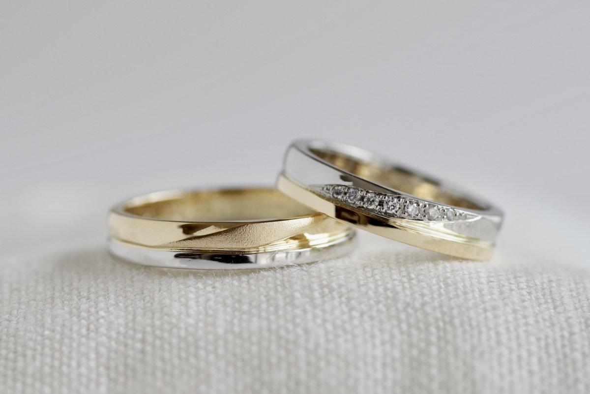 ひねりと平打ちを重ねた2色の結婚指輪