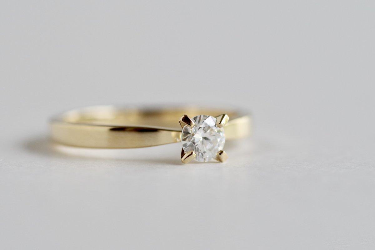 平打ちベースのソリティアの婚約指輪
