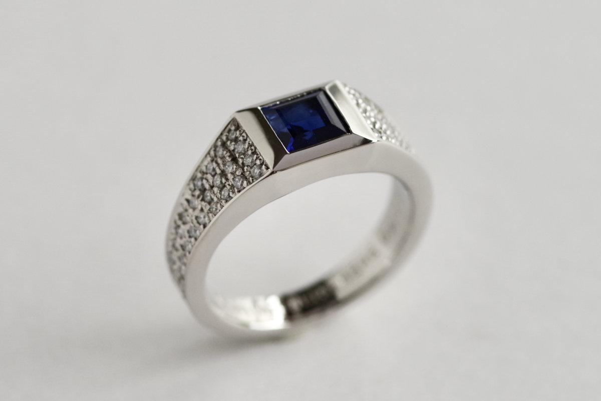 ブルーサファイアを留めたシグネットタイプの婚約指輪