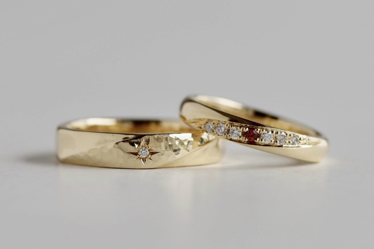 斜めに槌目と石留めをした結婚指輪