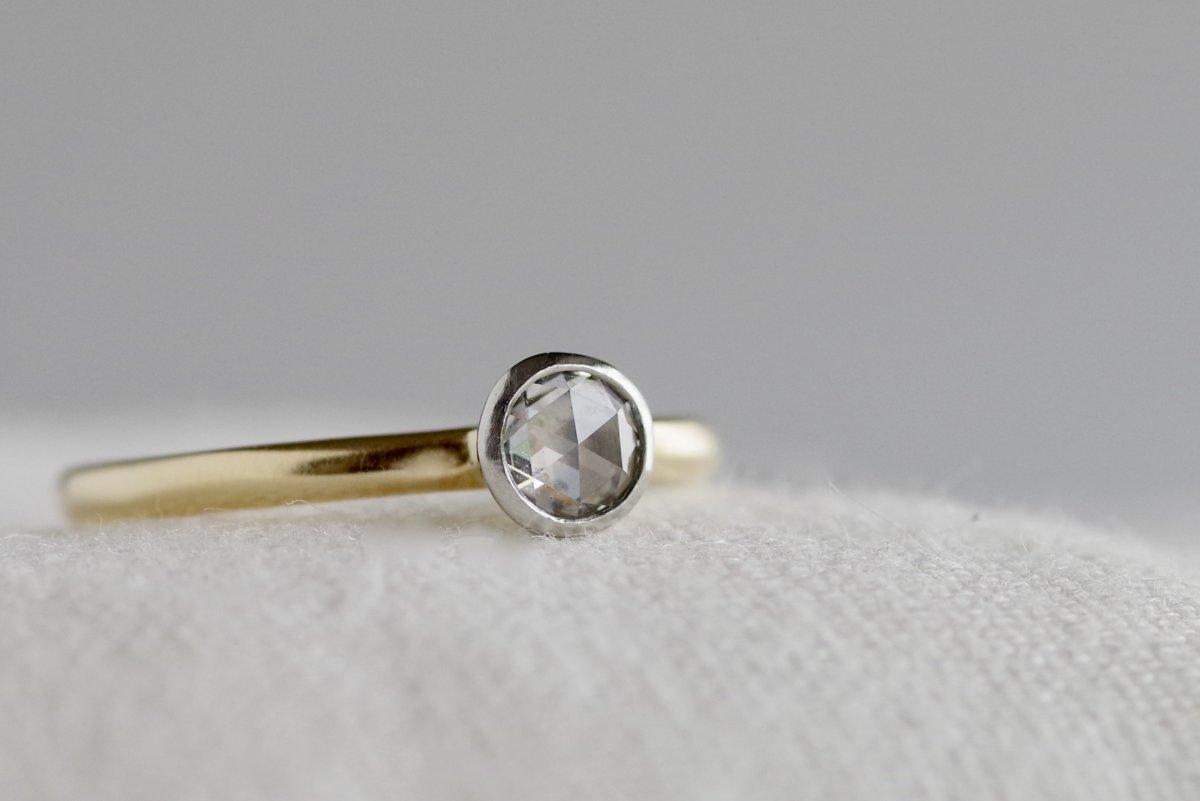 ローズカットダイヤを覆輪留めした婚約指輪
