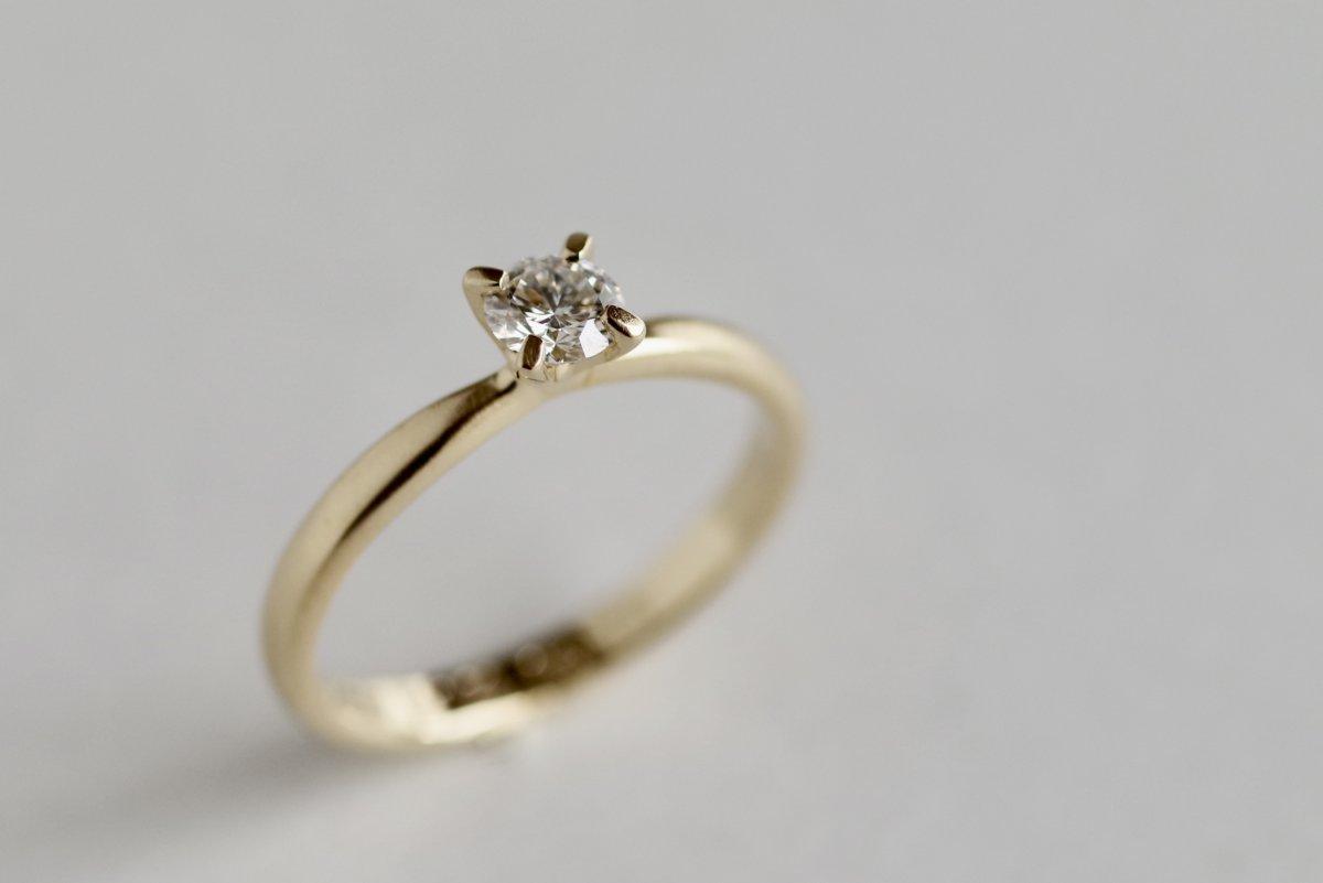 甲丸ベースのソリティアの婚約指輪