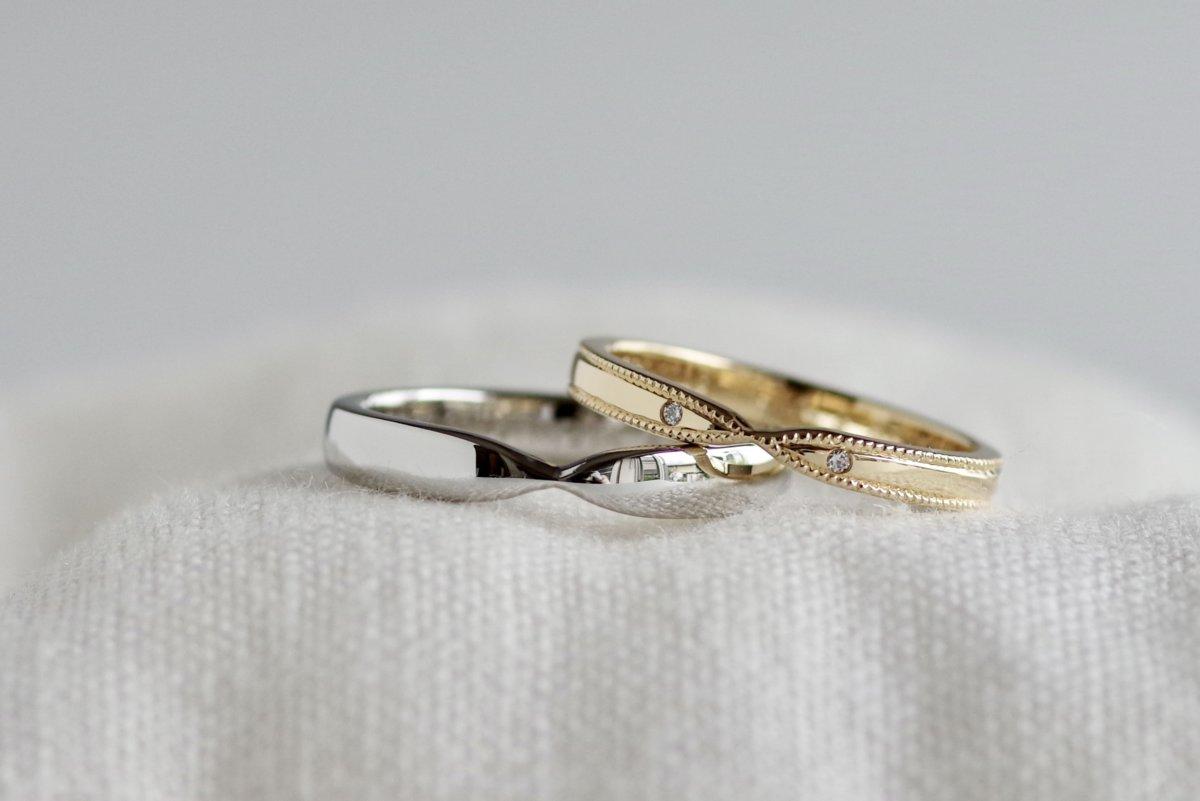 正面にくびれを入れた結婚指輪