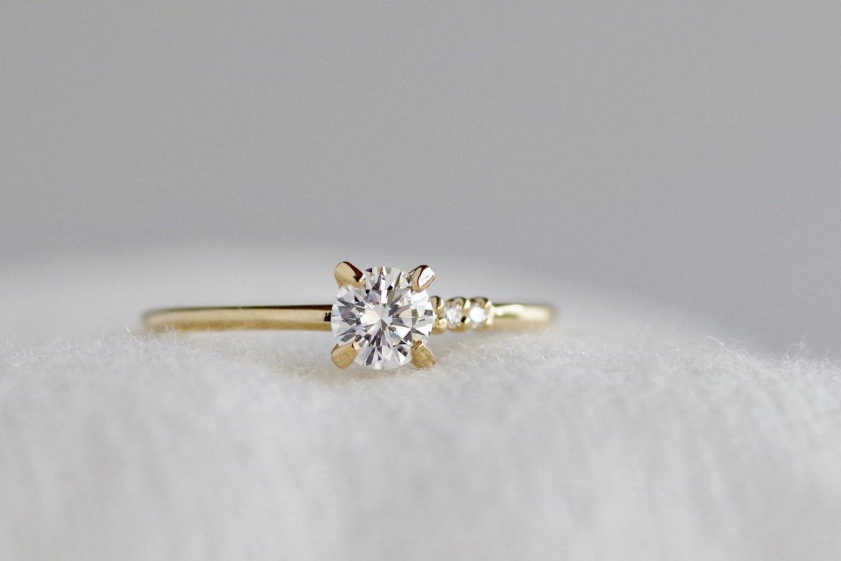 アシンメトリーなサイドメレの婚約指輪